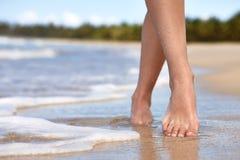 Mulher que anda em uma praia Imagem de Stock Royalty Free