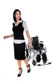 Mulher que anda longe da cadeira de rodas Foto de Stock
