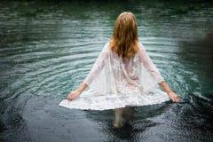 Mulher que anda na água, conceito do suicídio foto de stock royalty free