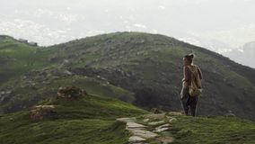 Mulher que anda na chuva de granizo na montanha de Himalaya video estoque
