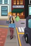 Mulher que anda na cidade Fotos de Stock