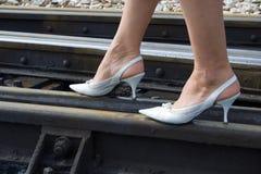 Mulher que anda na estrada de ferro Imagens de Stock Royalty Free