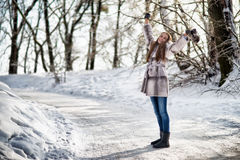 A mulher que anda na floresta do inverno e tem o divertimento Foto de Stock