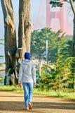 Mulher que anda na fuga litoral de Califórnia em San Francisco imagens de stock