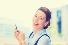 Mulher que anda na música de escuta da rua no telefone esperto móvel Fotos de Stock