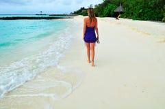 Mulher que anda na praia arenosa Imagem de Stock Royalty Free