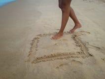 Mulher que anda na praia da areia que deixa pegadas na areia Detalhe do close up de pés fêmeas em Brasil foto de stock royalty free