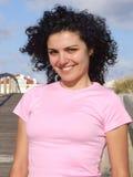 Mulher que anda na praia sobre Fotos de Stock Royalty Free