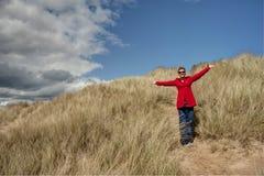 Mulher que anda nas dunas de areia Imagens de Stock