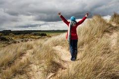 Mulher que anda nas dunas de areia Foto de Stock Royalty Free