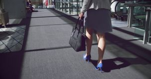 mulher que anda no corredor no escritório 4k filme