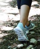 Mulher que anda no exercício movimentando-se exterior da fuga imagens de stock royalty free
