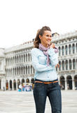 Mulher que anda no marco de san da praça em Veneza Foto de Stock Royalty Free