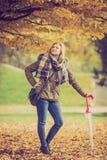 Mulher que anda no parque com guarda-chuva imagens de stock royalty free