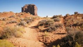 A mulher que anda no vale do monumento com vermelho balança a vista geral filme