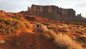 Mulher que anda no vale do monumento que toma fotos com smartphone filme
