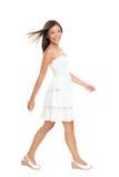 Mulher que anda no vestido do verão Imagens de Stock