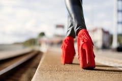 Mulher que anda nos saltos altos vermelhos Fotografia de Stock Royalty Free
