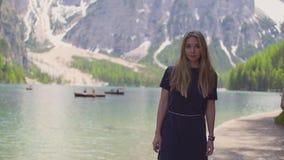 Mulher que anda pelo lago vídeos de arquivo