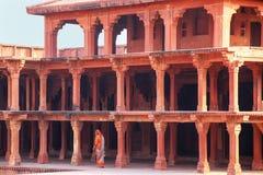 Mulher que anda perto de Diwan Khana-i-Khas no complexo de Fatehpur Sikri, imagem de stock royalty free