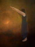 Mulher que anda sobre o fundo escuro perfil Olha sob um período Imagem de Stock Royalty Free