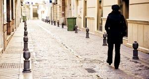 Mulher que anda sozinho Imagem de Stock Royalty Free