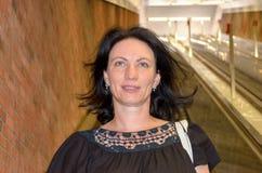 Mulher que anda vivamente junto com o voo do cabelo fotos de stock