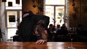 Mulher que aplica a autodefesa a masculino na barra do café filme