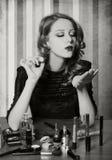 Mulher que aplica cosméticos imagens de stock royalty free
