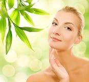 Mulher que aplica cosméticos orgânicos Fotografia de Stock Royalty Free