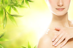 Mulher que aplica cosméticos orgânicos a sua pele Imagem de Stock