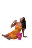 Mulher que aplica a loção do suntan Fotografia de Stock Royalty Free