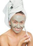 Mulher que aplica a máscara imagem de stock royalty free