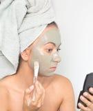 Mulher que aplica a máscara fotografia de stock