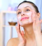 Mulher que aplica a máscara facial imagem de stock royalty free