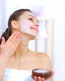Mulher que aplica a máscara facial imagens de stock royalty free