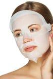 Mulher que aplica a máscara facial fotografia de stock royalty free