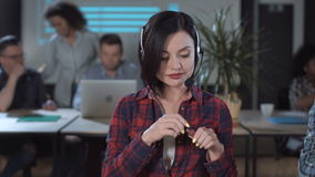 Mulher que aplica o batom no centro de atendimento video estoque