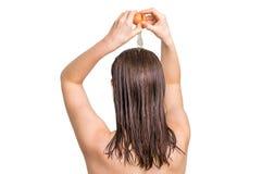 Mulher que aplica o condicionador do ovo em seu cabelo imagem de stock royalty free