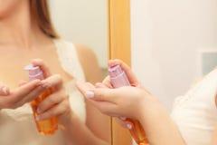 Mulher que aplica o creme da loção do óleo do corpo em seu corpo Fotografia de Stock Royalty Free