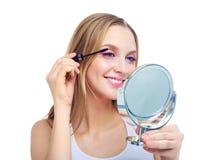 Mulher que aplica o mascara imagens de stock