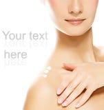 Mulher que aplica o moisturizer Fotografia de Stock Royalty Free