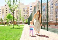 Mulher que apoia sua filha do bebê imagens de stock royalty free