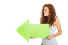 Mulher que aponta à esquerda com uma seta Fotografia de Stock Royalty Free