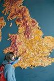 Mulher que aponta ao mapa da cidade de Reino Unido de Bristol Imagens de Stock Royalty Free