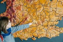 Mulher que aponta ao mapa da cidade de Reino Unido de oxford Foto de Stock Royalty Free