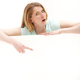 A mulher que aponta a em branco assina dentro a surpresa Imagens de Stock Royalty Free