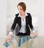 Mulher que aponta na tela transparente Imagem de Stock