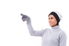 Mulher que aponta equipamento acima, da queda ou do inverno Fotos de Stock Royalty Free