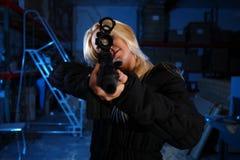 Mulher que aponta a espingarda de assalto imagens de stock